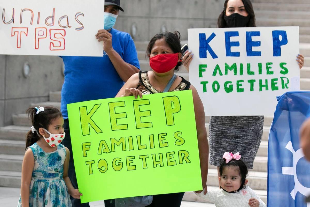 Aanette Rivera, centro, sus hijas Daniella, 5, y Sofia, 2, se unieron a los recipientes del Est ...