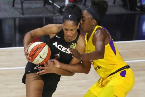 A'ja Wilson, de Las Vegas Aces, izquierda, se enfrenta a Nneka Ogwumike, de Los Ángeles Sparks ...