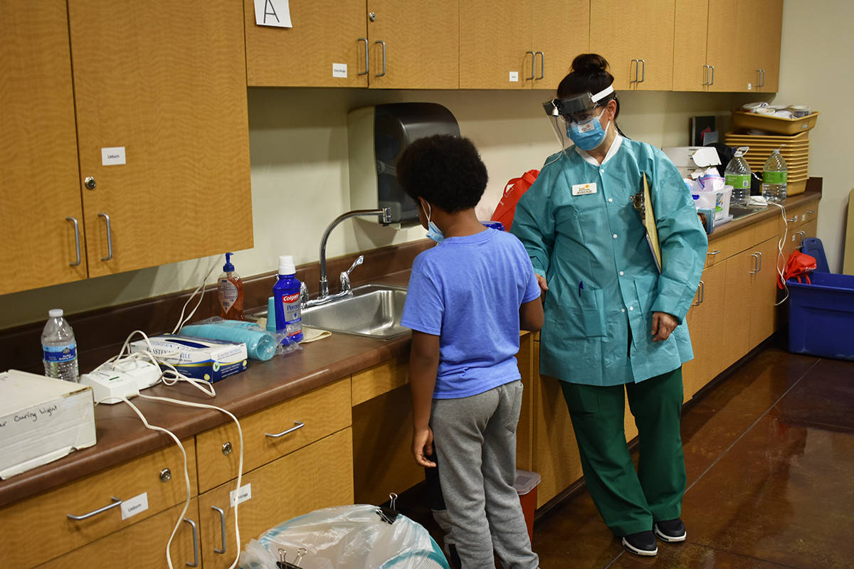 Future Smiles proporcionó consultas dentales sin costo para cada estudiante. Jueves 17 de sept ...