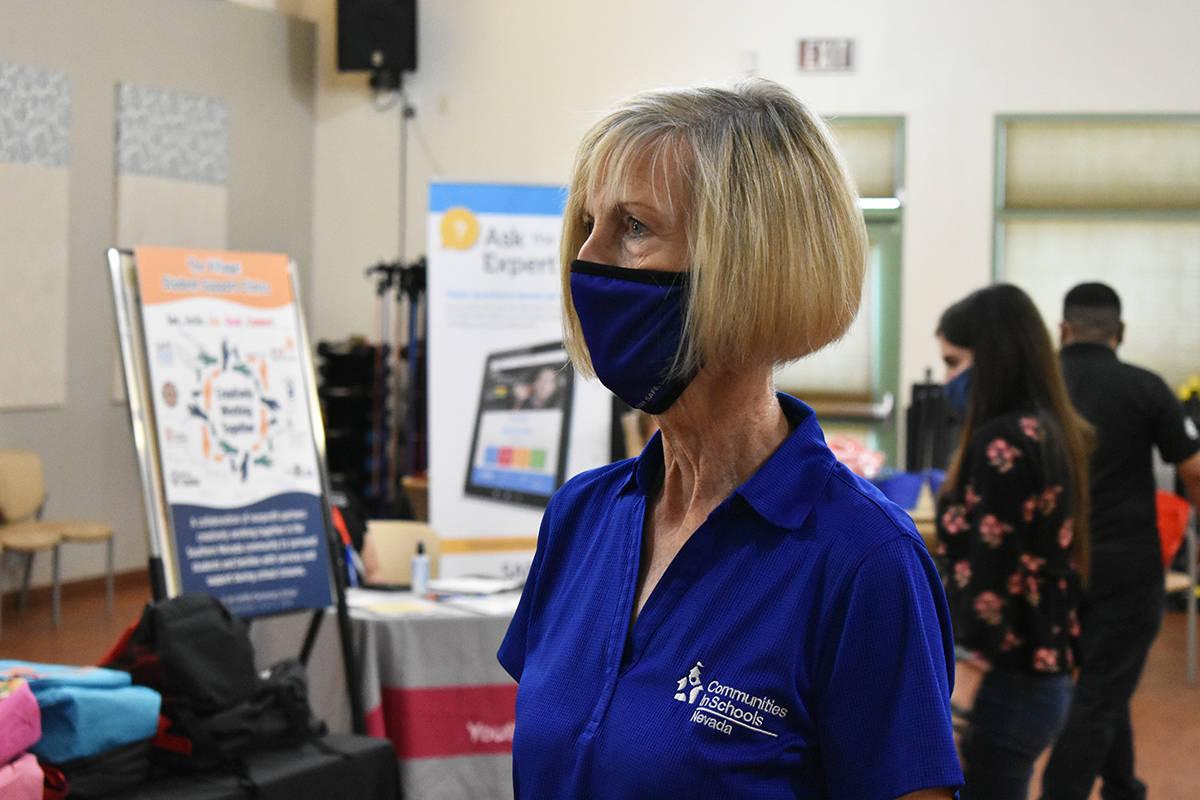 La directora de Communities In Schools of Southern Nevada, Cheri Ward, atendió personalmente a ...