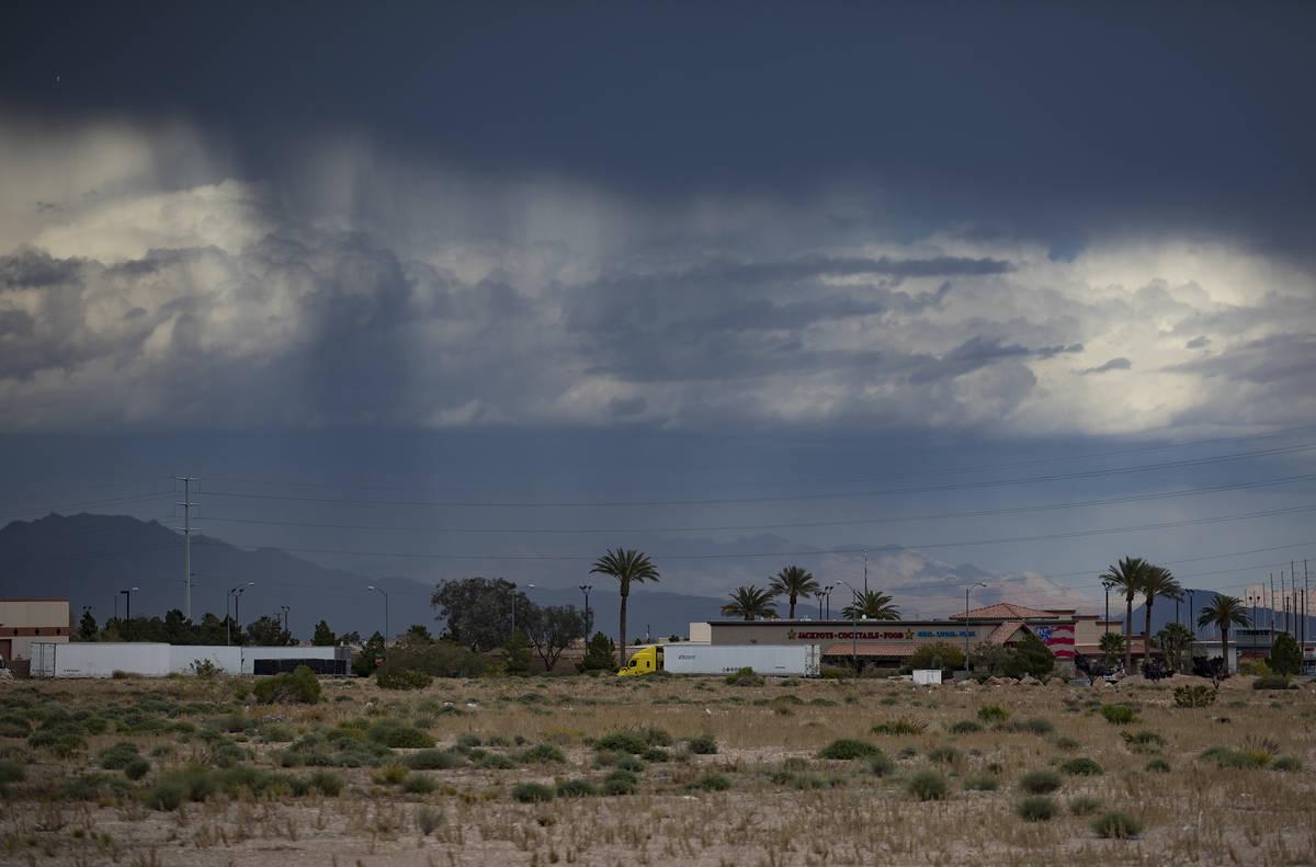 Abril suele ser un mes lluvioso en el Valle de Las Vegas. Lluvia y nubes vistas desde la parte ...