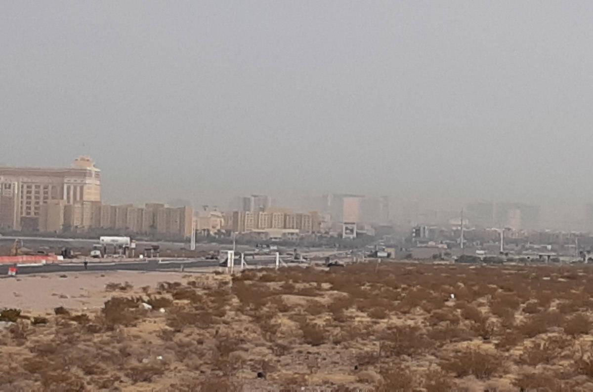 El humo y el ozono son fáciles de discernir en el cielo de Las Vegas el viernes, 18 de septiem ...