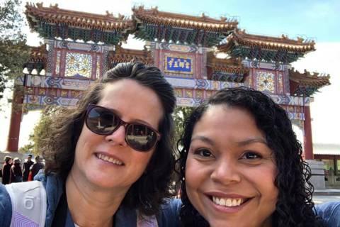 Dorinda Lene, izquierda, y Kamiah Bird, de 37 años, en una foto sin fecha en China. Bird fue a ...