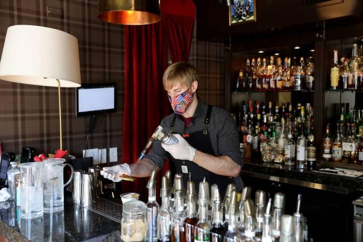 El bartender, Erik Kluever, prepara un cóctel en Oak & Ivy en el centro de Las Vegas el vierne ...