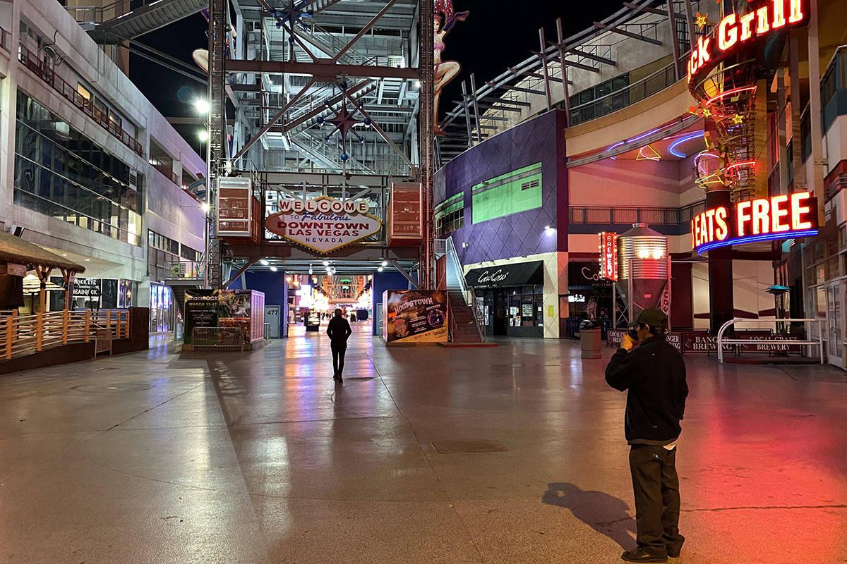 El cartel de bienvenida se oscurece en Fremont Street Experience en el centro de Las Vegas el m ...