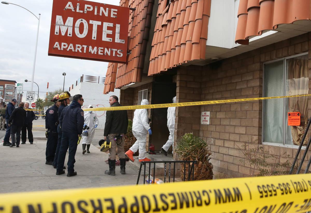 Investigadores del Departamento de Bomberos de Las Vegas, con la ayuda de la policía de Las Ve ...