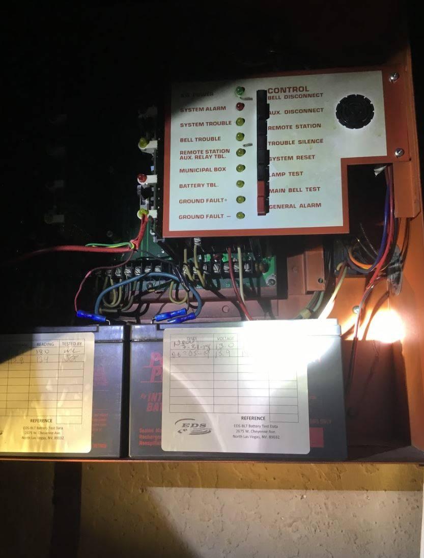 El panel de alarma de incendios de los apartamentos del Motel Alpine, mostrado después del mor ...