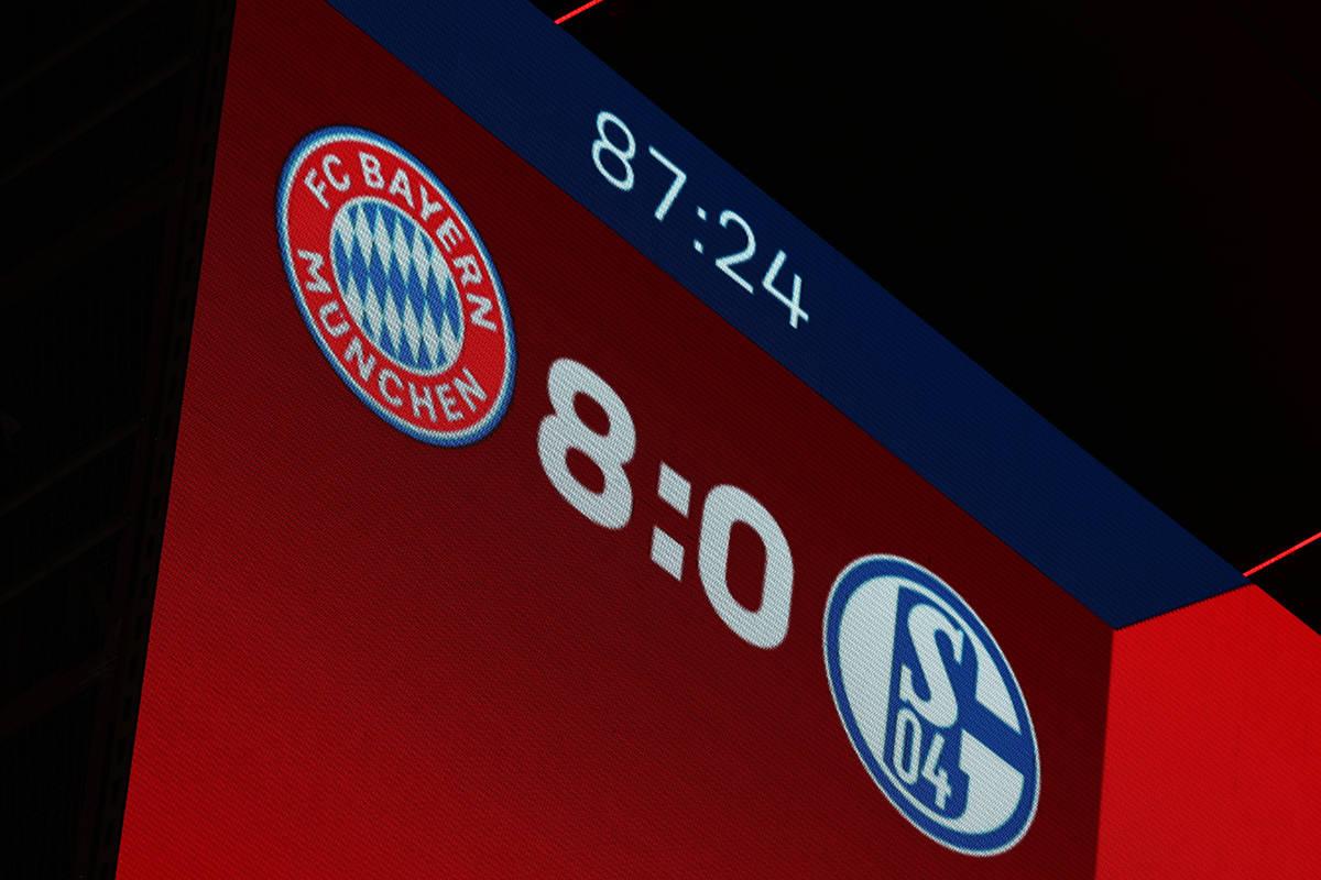 El marcador se muestra durante el partido de fútbol de la Bundesliga alemana entre el FC Bayer ...