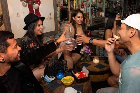 Gee Santos, izquierda, Flor Castañeda, segunda por la izquierda, y Andrea Cisneros, centro, br ...