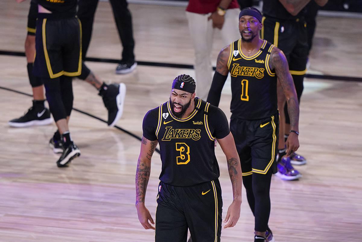 Anthony Davis (3) de Los Ángeles Lakers, celebra después de un partido de baloncesto de playo ...