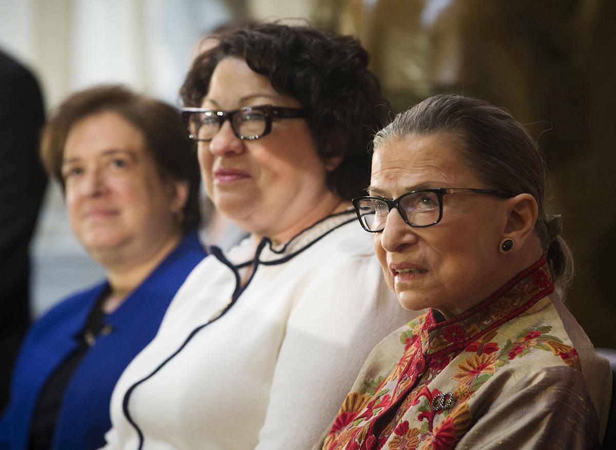 En el escenario, de izquierda a derecha, las tres juezas asociadas; Elena Kagan, Sonia Sotomayo ...