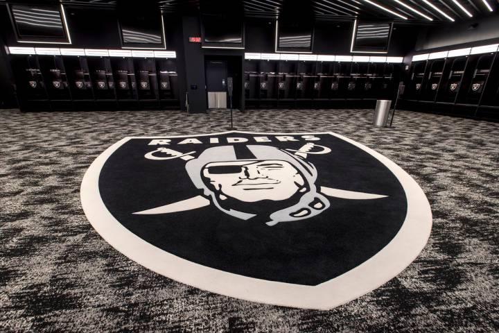 El vestidor de los Raiders de Las Vegas tiene un gran logo y mucho espacio para moverse para qu ...
