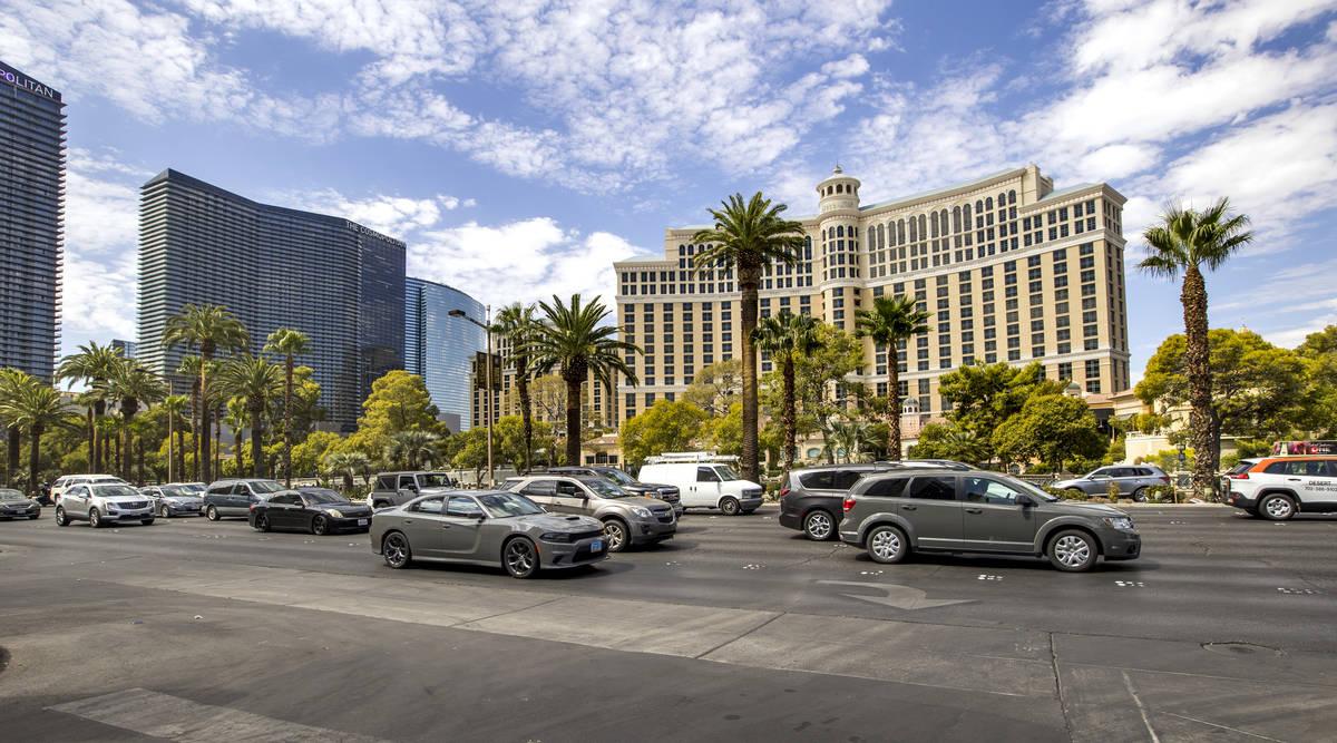 Tráfico a lo largo del Strip de Las Vegas frente al Bellagio durante el fin de semana del Día ...