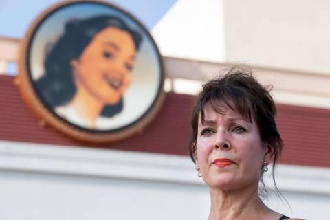 Sharon Beza, ex-empleada del hotel-casino Eastside Cannery, posa para un retrato fuera de su an ...