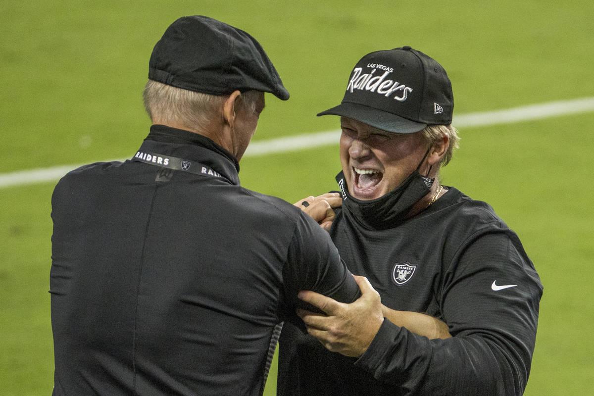 El gerente general de los Raiders de Las Vegas, Mike Mayock, izquierda, celebra una victoria co ...