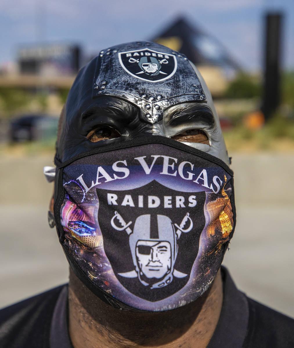 James Packer afuera del Allegiant Stadium antes del inicio de un partido de fútbol de la NFL c ...