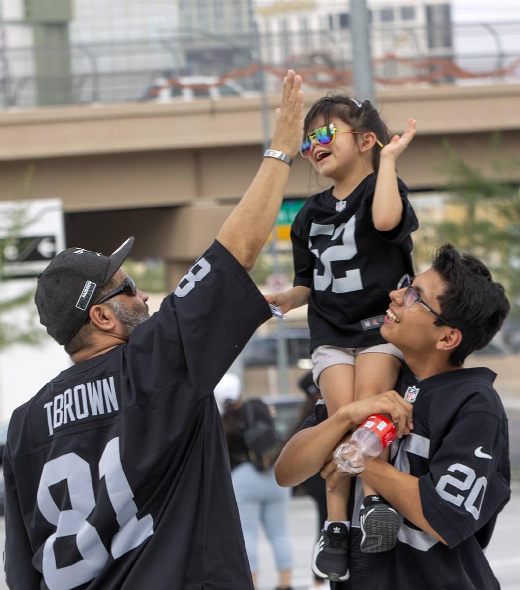 Mario Salazar choca los cinco con su hija Madyson Salazar, de cinco años, que es cargada por s ...