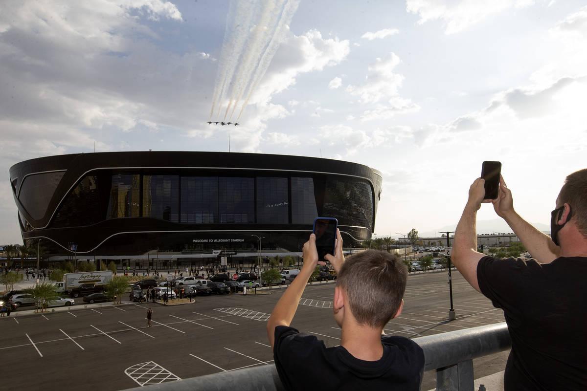 Los Thunderbirds vuelan sobre el Estadio Allegiant antes del primer partido en casa de los Raid ...
