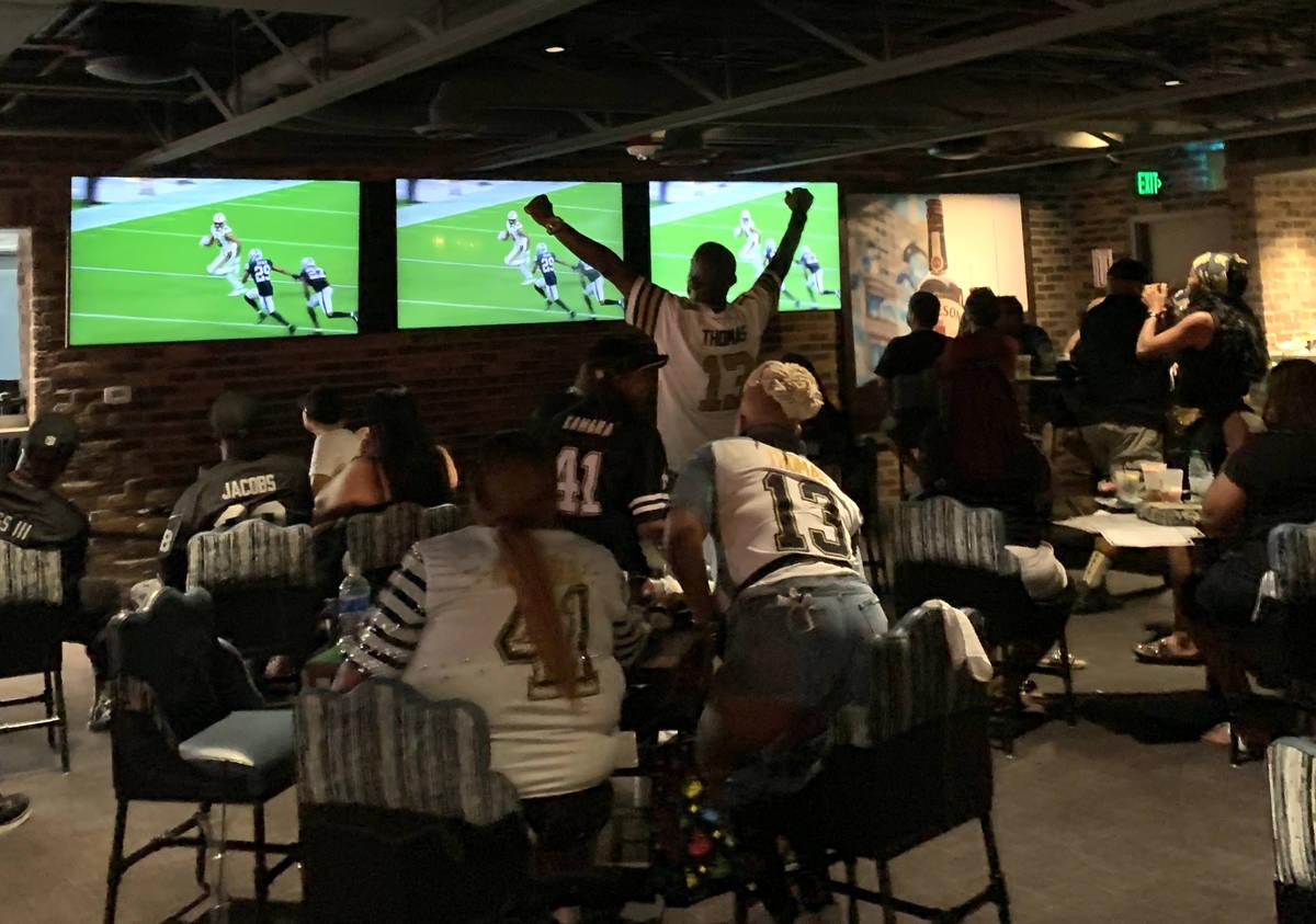 Los fans de los Saints aplauden durante un juego en el Whiskey Licker Up en Binion's en el Frem ...
