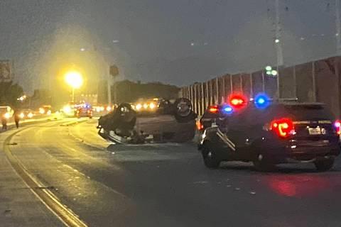 Una Hummer H2 posa sobre su techo después de un fatal accidente en la autopista U.S. 95 cerca ...