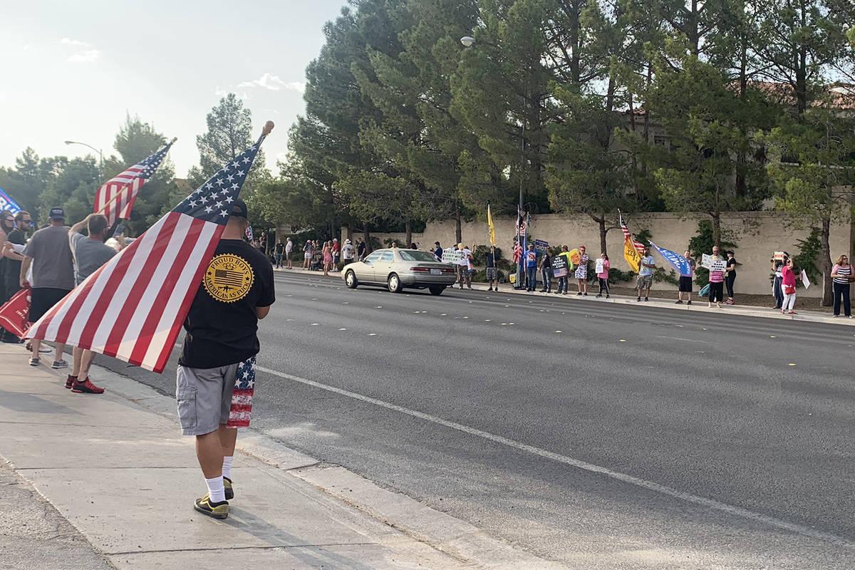 """""""No Mask Nevada"""" celebra una manifestación frente a la casa del gobernador Steve Sisolak en el ..."""