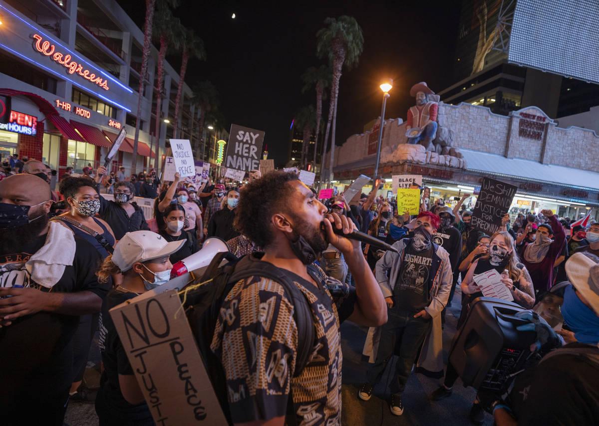 Manifestantes cruzan el Bulevar Las Vegas, mientras protestan en honor a Breonna Taylor en el c ...