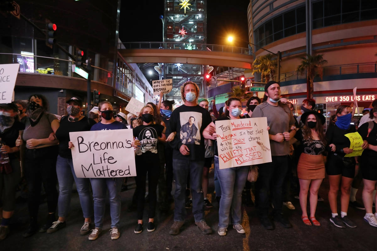 Manifestantes, pidiendo justicia por la muerte de Breonna Taylor, bloquean Las Vegas Boulevard ...