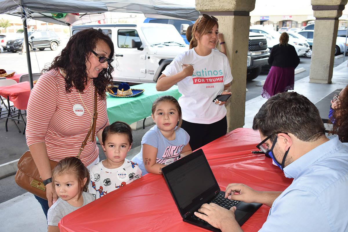 Decenas de personas acudieron con la campaña de Latinos por Trump para registrarse para votar. ...