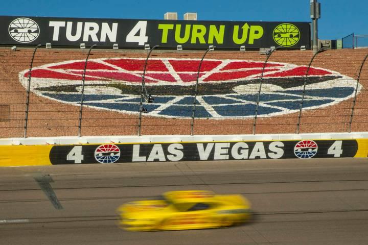 Joey Logano (22) cruza la curva cuatro al final de la carrera durante el Pennzoil 400 presentad ...