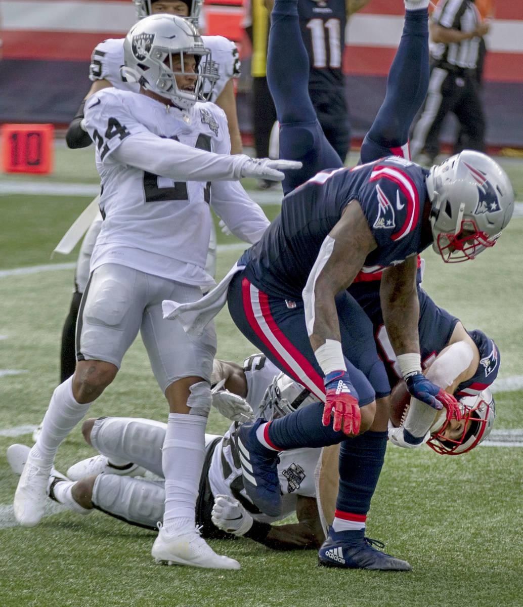 El running back de los New England Patriots, Rex Burkhead (34), se zambulle en la zona de anota ...