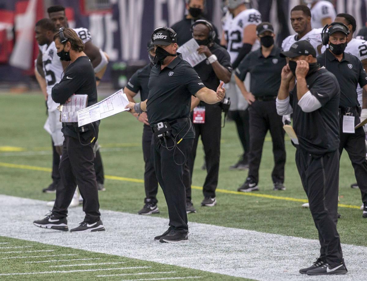 El entrenador de los Raiders de Las Vegas, Jon Gruden, centro, reacciona cuando los árbitros r ...