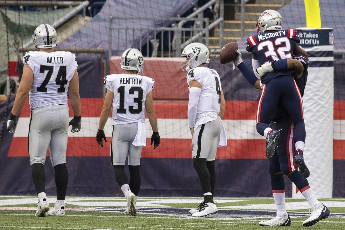 El free safety de los New England Patriots, Devin McCourty (32), celebra con el extremo defensi ...