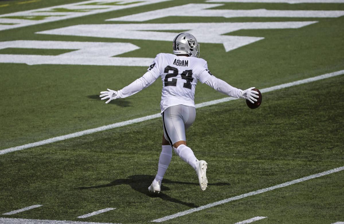 El safety de los Raiders de Las Vegas, Johnathan Abram (24), celebra después de interceptar un ...