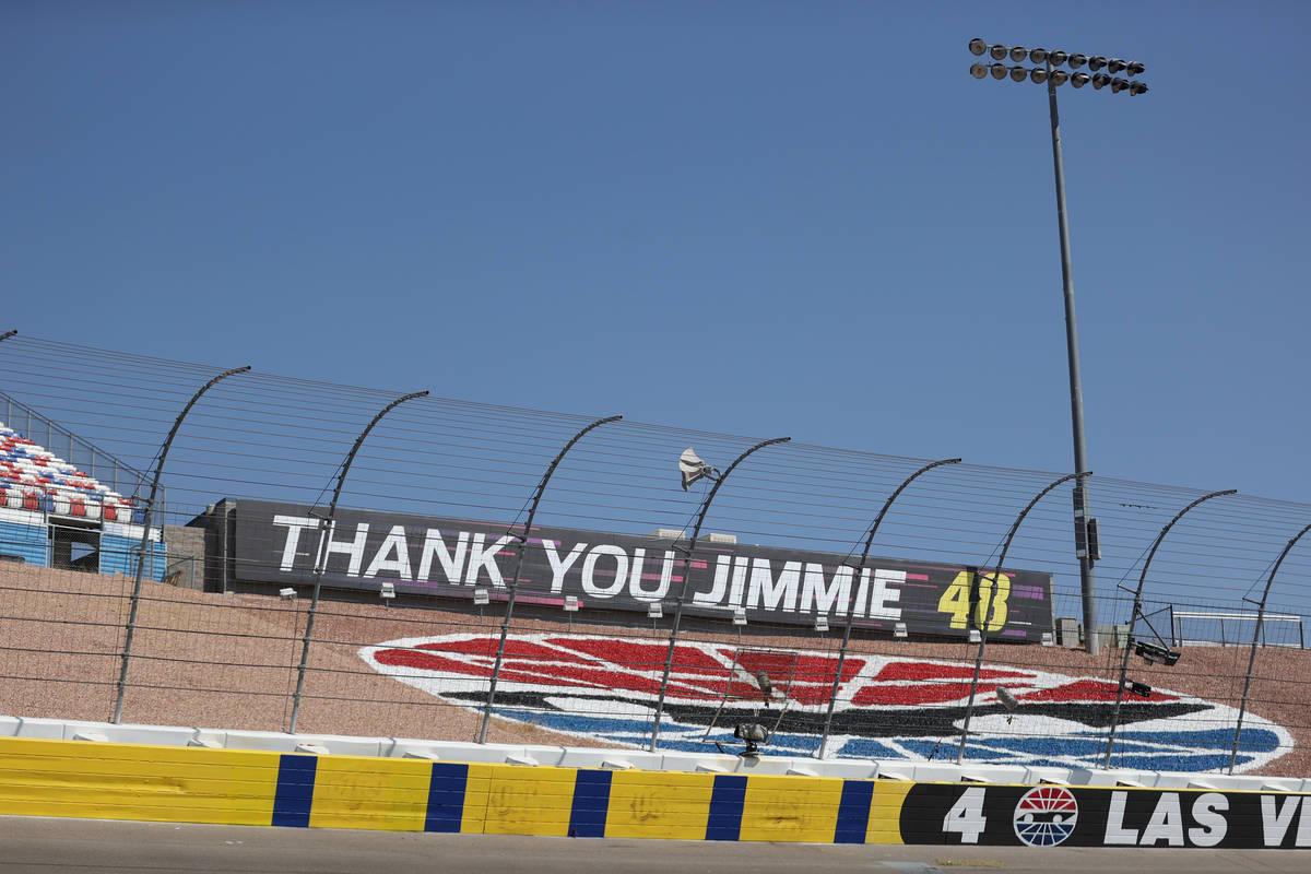 Un mensaje para Jimmie Johnson pintado en una pared del Las Vegas Motor Speedway, antes de los ...