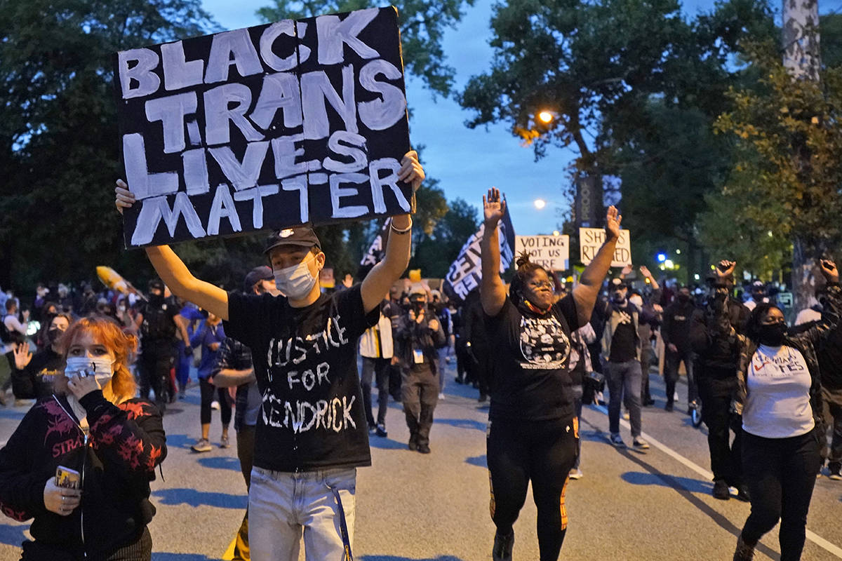 Manifestantes marchan por las calles cerca de la sala de debates el martes, 29 de septiembre de ...