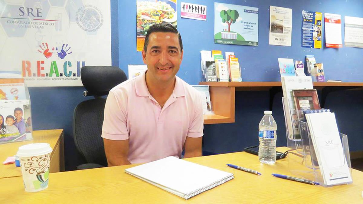Esta fotografía de archivo muestra al propietario de la firma legal de Daniel Serna & Asociado ...