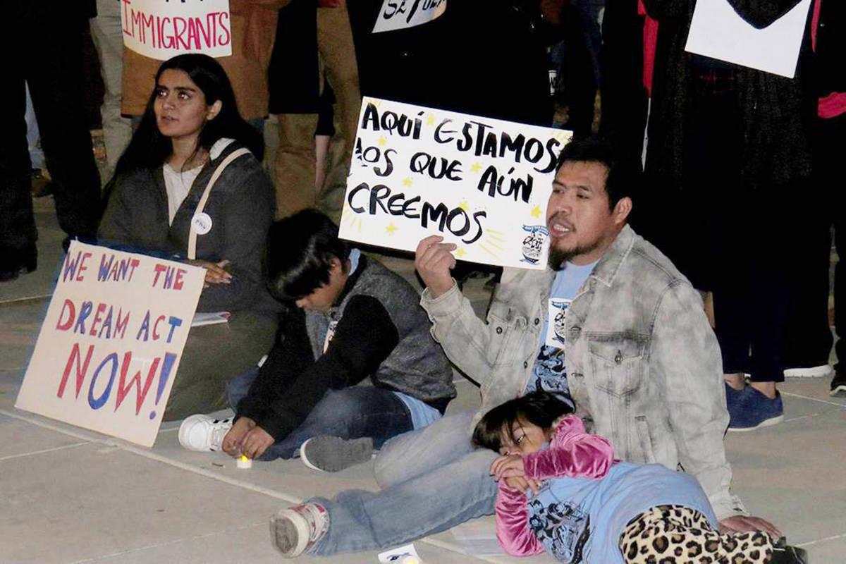 En esta foto de archivo, personas se manifestaron a favor de DACA y TPS. Miércoles 6 de diciem ...