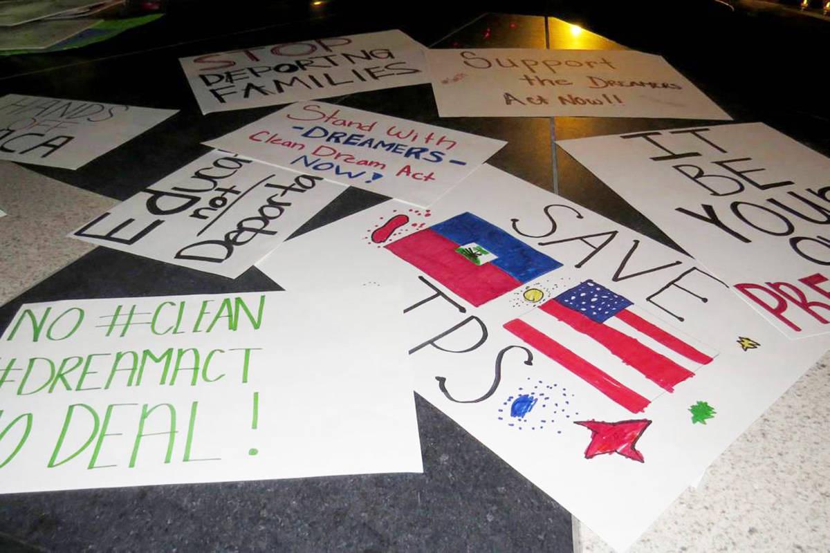 En esta foto de archivo se muestran pancartas con las que los manifestantes expresaron su apoyo ...
