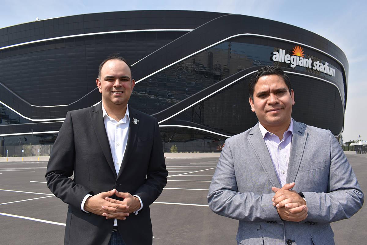 Harry Ruiz y Cristian Echeverría son los encargados de realizar las transmisiones por radio de ...