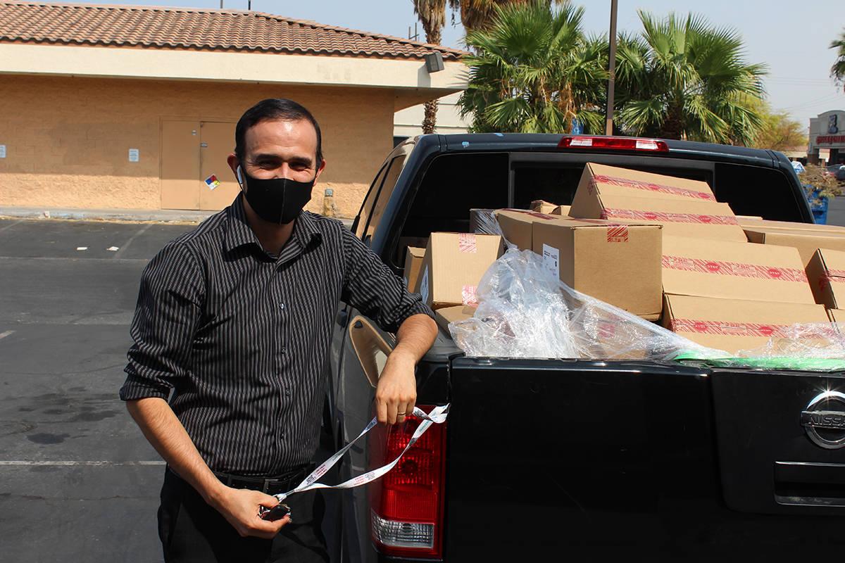 Pastor Marko Gamboa, de camino a una donación de despensas. Viernes 25 de septiembre en el est ...