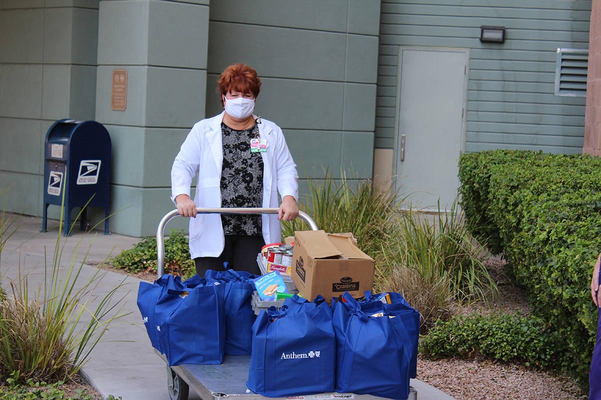 Las enfermeras del centro de cáncer infantil recibieron las donaciones y las llevaron a sus pa ...