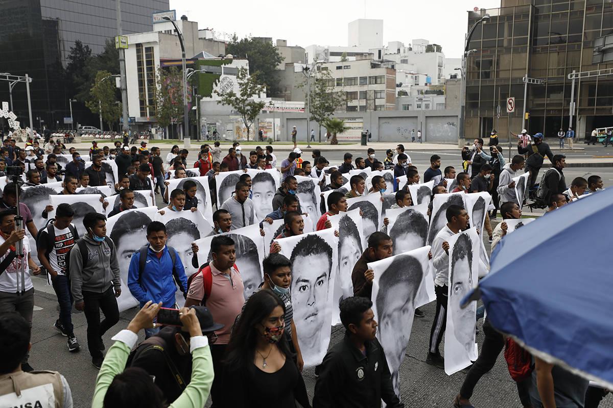 Estudiantes universitarios normales se unen a familiares de 43 estudiantes desaparecidos de la ...