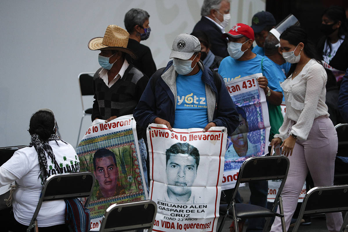 Los familiares de 43 profesores universitarios desaparecidos llevan imágenes de sus hijos desa ...