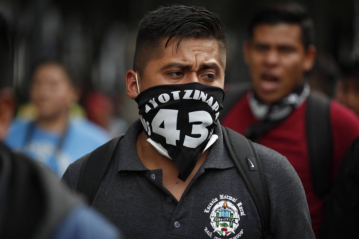 Estudiantes universitarios normales se unen a familiares de los 43 estudiantes desaparecidos de ...