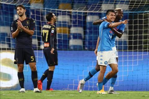 Hirving Lozano del Napoli, segundo desde la derecha, celebra con Victor Osimhen después de ano ...