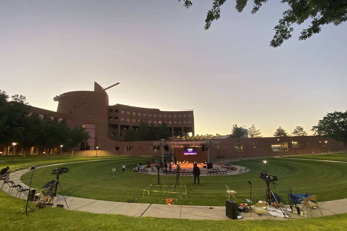 El 1 October Sunrise Remembrance comienza en el anfiteatro del Clark County Government Center e ...