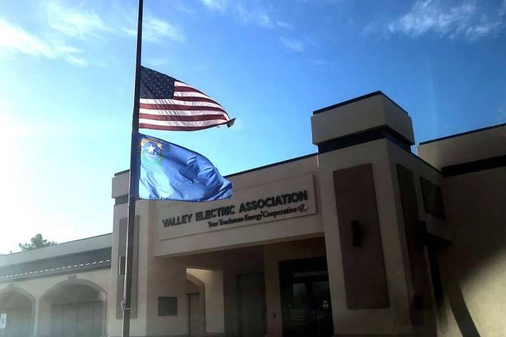 Banderas ondean a media asta en Pahrump en Valley Electric Association Inc. tras los tiroteos m ...
