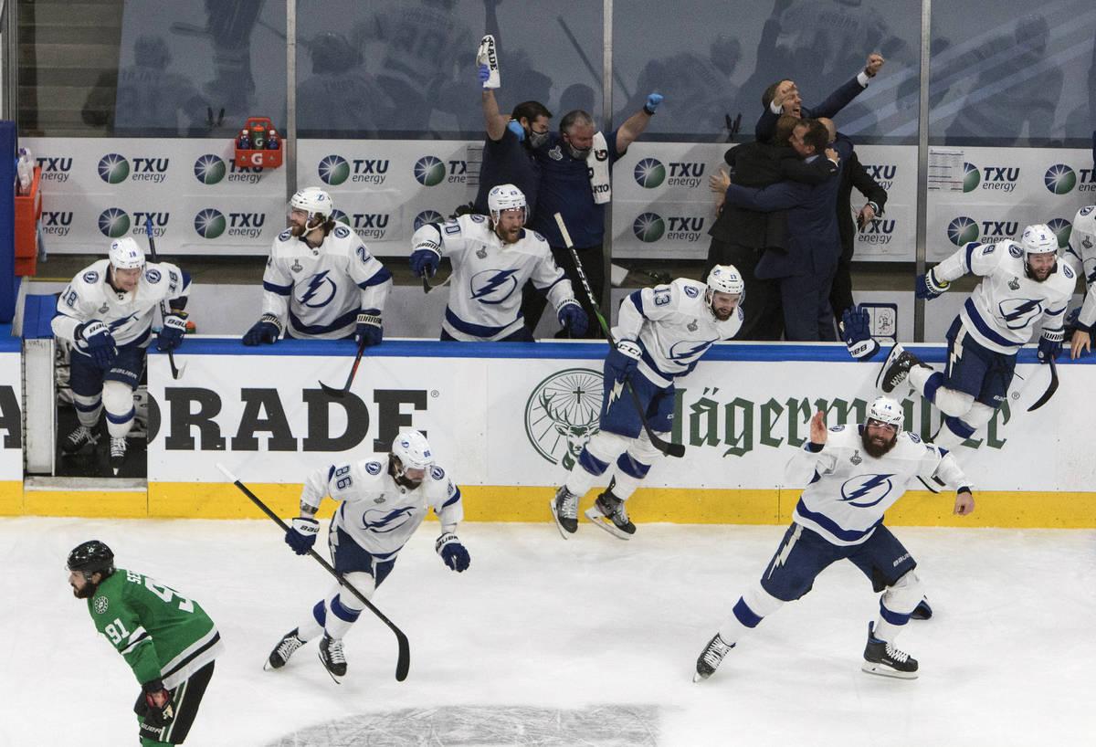 Los jugadores de Tampa Bay Lightning celebran después de derrotar a los Dallas Stars para gana ...