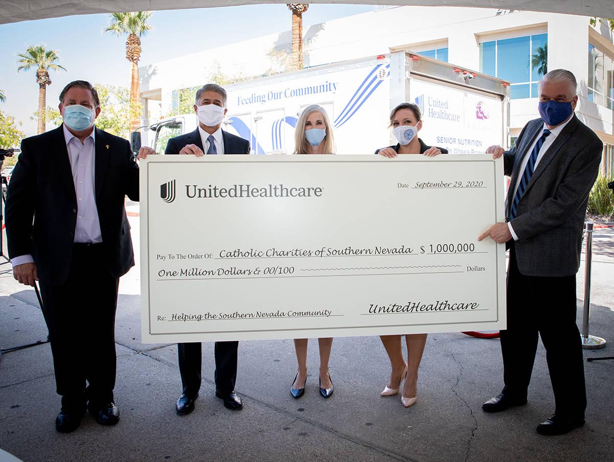Donan un millón a Caridades Católicas, desde la izquierda: Deacon Tom Roberts, Don Giancursio ...