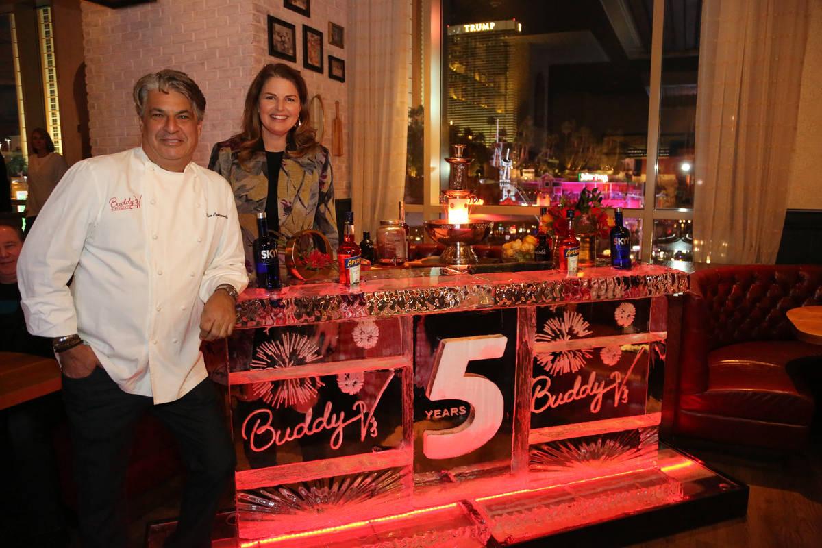 Elizabeth Blau y su marido, Kim Canteenwalla, en el quinto aniversario de Buddy V's en 2018. (E ...